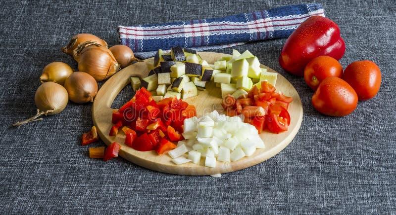 Pokrojony zucchini, cebule, oberżyna, pomidor i słodki pieprz, zdjęcia stock