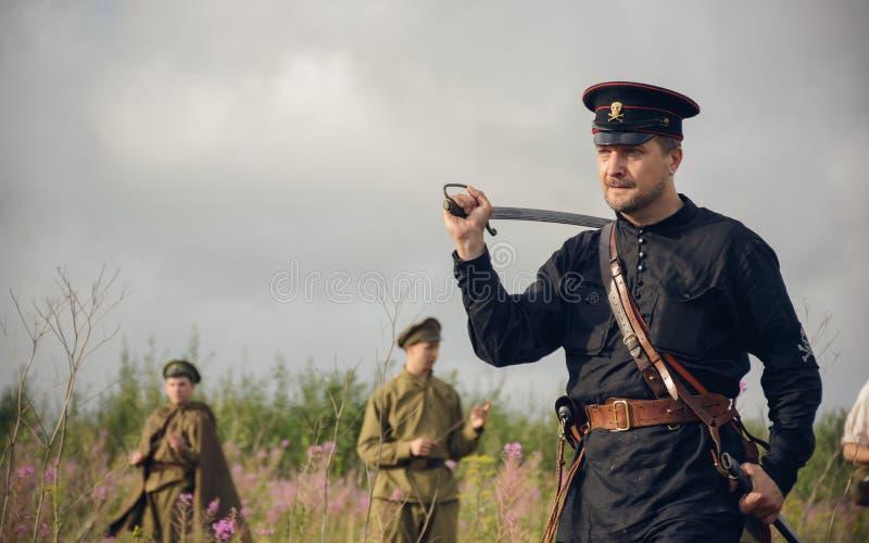 POKROVSKOE, SVERDLOVSK OBLAST, RÚSSIA - 17 DE JULHO DE 2016: Reenactment histórico da guerra civil do russo nos Ural em 1919 Sold foto de stock