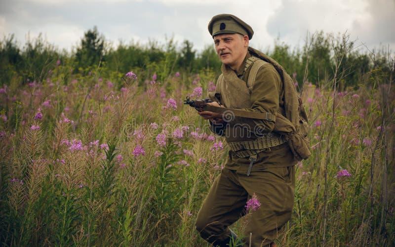 POKROVSKOE, SVERDLOVSK OBLAST, RÚSSIA - 17 DE JULHO DE 2016: Reenactment histórico da guerra civil do russo nos Ural em 1919 Sold fotografia de stock royalty free