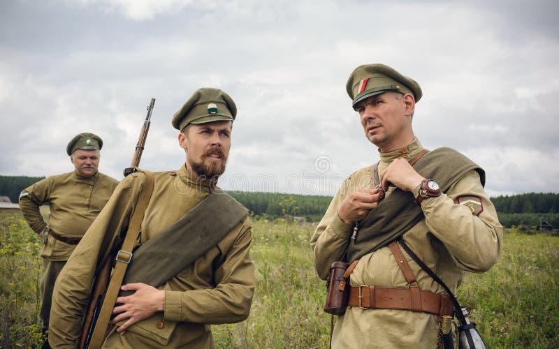 POKROVSKOE, SVERDLOVSK OBLAST, RÚSSIA - 17 DE JULHO DE 2016: Reenactment histórico da guerra civil do russo nos Ural em 1919 sold fotos de stock royalty free