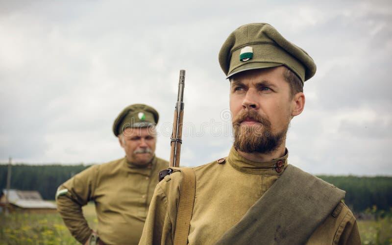 POKROVSKOE, SVERDLOVSK OBLAST, RÚSSIA - 17 DE JULHO DE 2016: Reenactment histórico da guerra civil do russo nos Ural em 1919 sold imagem de stock