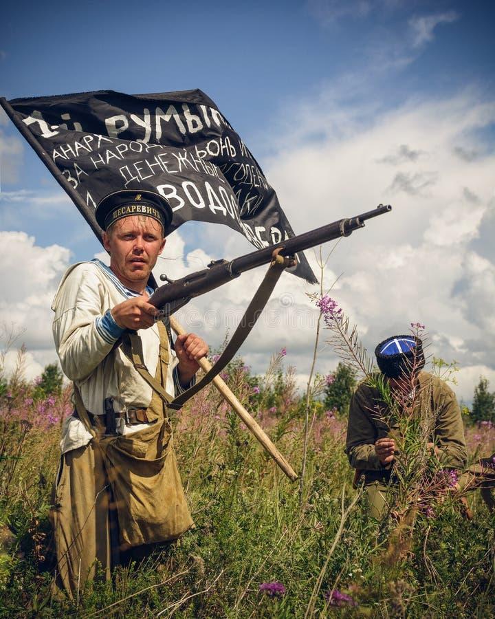 POKROVSKOE, SVERDLOVSK OBLAST ROSJA, LIPIEC, - 17, 2016: Dziejowy reenactment Rosyjska Cywilna wojna w Urals w 1919 Żołnierz zdjęcie royalty free
