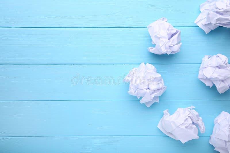 Pokruszony papier na błękitnym drewnianym tle, makro- zdjęcie royalty free