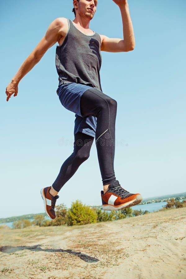 pokrycie sportu Mężczyzna biegacza biec sprintem plenerowy w scenicznej naturze Dysponowany mięśniowy męski atlety szkolenia ślad zdjęcia stock