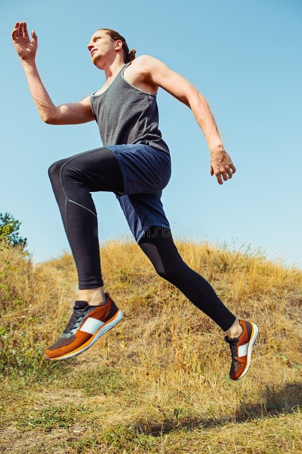 pokrycie sportu Mężczyzna biegacza biec sprintem plenerowy w scenicznej naturze Dysponowany mięśniowy męski atlety szkolenia ślad zdjęcie stock