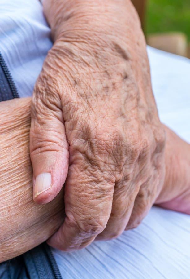 Pokrywać się ręki stara kobieta fotografia stock