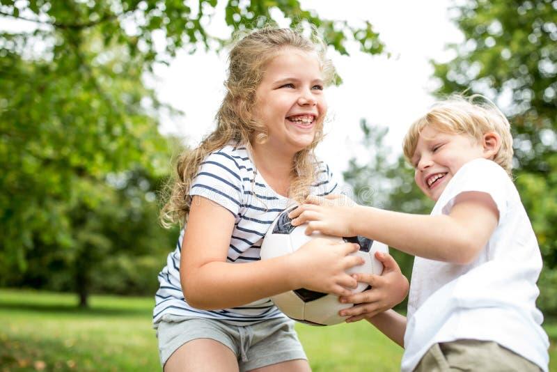 Polémique entre les enfants et une boule photo stock