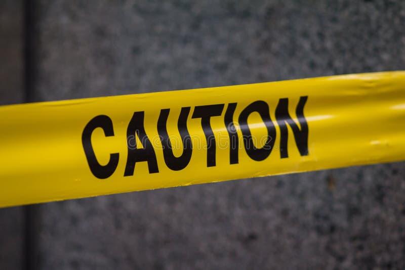 A polícia adverte a fita do sinal na cidade fotografia de stock
