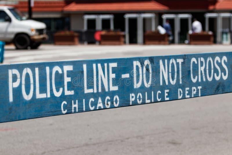 A POLÍCIA ALINHA NÃO CRUZA a cortesia do sinal do departamento da polícia de Chicago mim imagens de stock