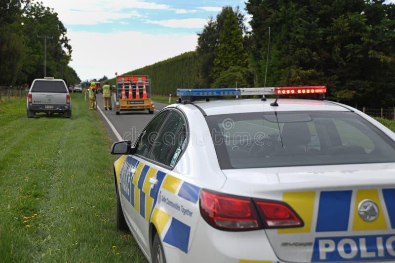 A polícia atende a um acidente de viação fotografia de stock