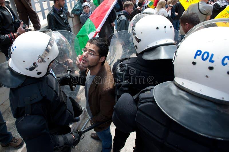 Polícia de motim da face dos palestinos fotos de stock royalty free