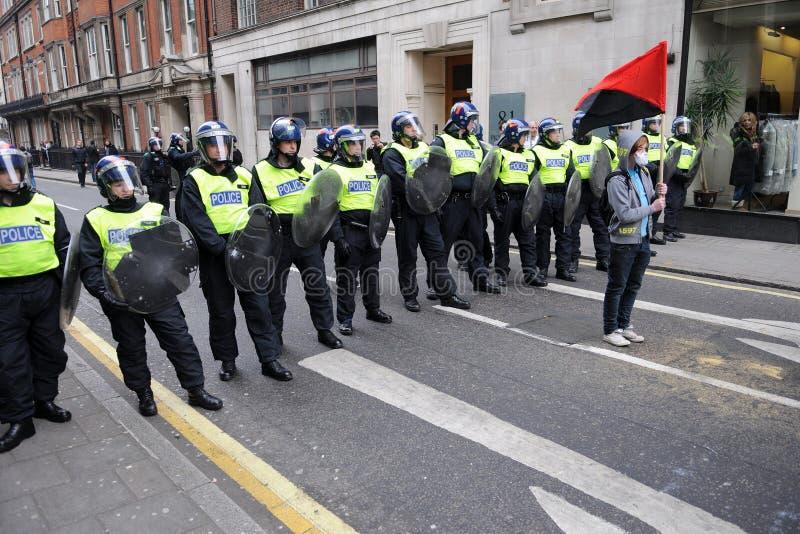 Polícia de motim e protestador em Londres fotografia de stock royalty free