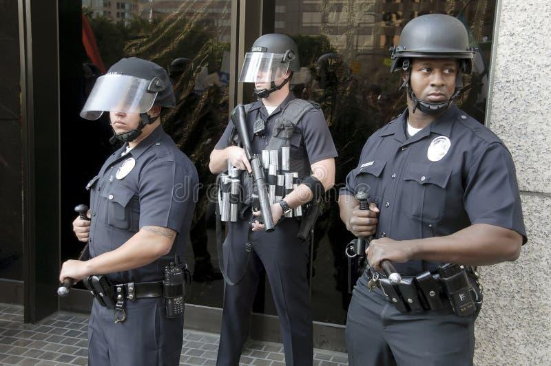 A polícia de motim está o protetor durante ocupa o março do LA imagem de stock royalty free