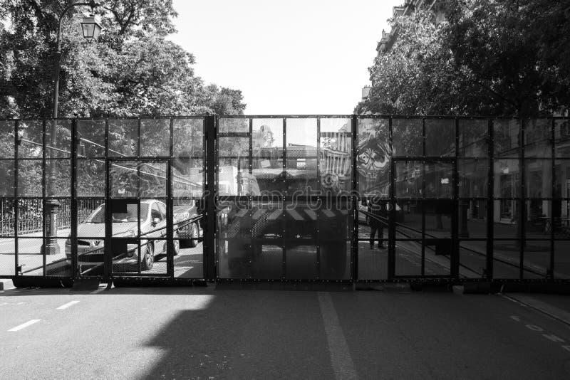 A polícia de motim francesa bloqueia uma estrada antes de um protesto fotografia de stock