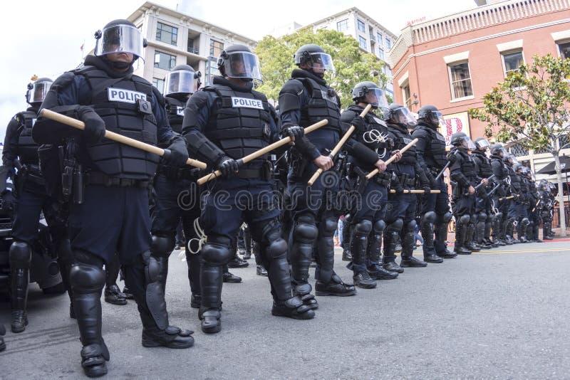 Polícia de motim pronta para marchar fotos de stock royalty free