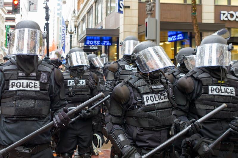 Polícia de Portland no equipamento anti-motim fotos de stock