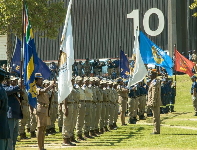 - Polícia de trânsito africana na parada - vários departamentos sul com voo das bandeiras imagens de stock royalty free