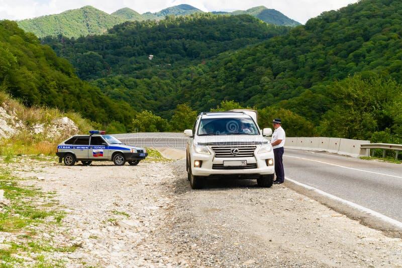 A polícia de trânsito trabalha na estrada da montanha foto de stock
