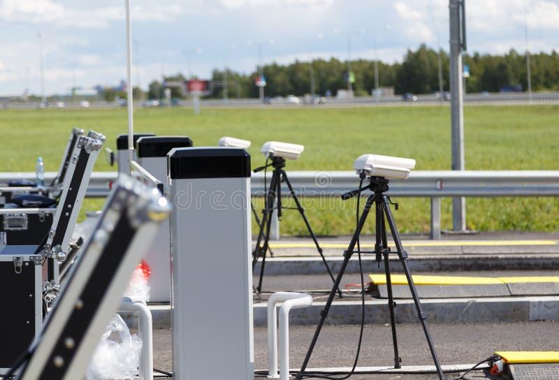 Polícia do ponto de verificação na estrada câmeras em tripés e em equipamento nos argumentos para a inspeção de carros entrando n imagens de stock royalty free