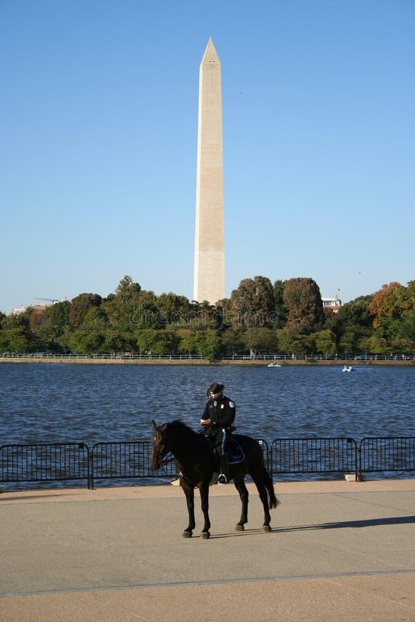 Polícia e monumento montados de Washington fotos de stock