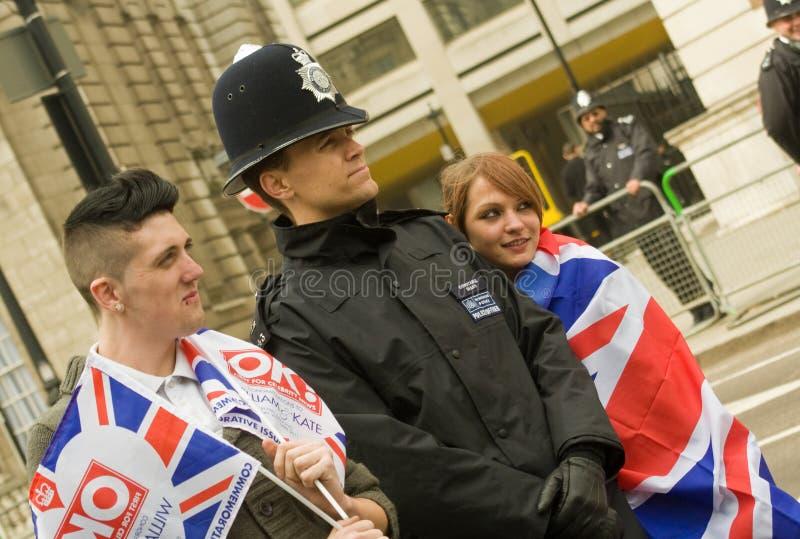 Polícia e wellwishers reais do casamento imagens de stock royalty free