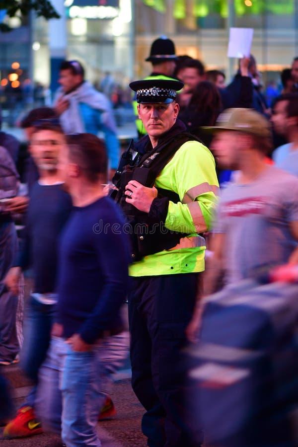 Polícia entre fãs durante o final da liga dos campeões imagem de stock royalty free