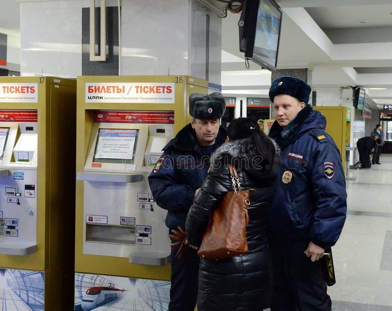 A polícia escuta o passageiro na estação de Paveletsky do capital imagens de stock royalty free