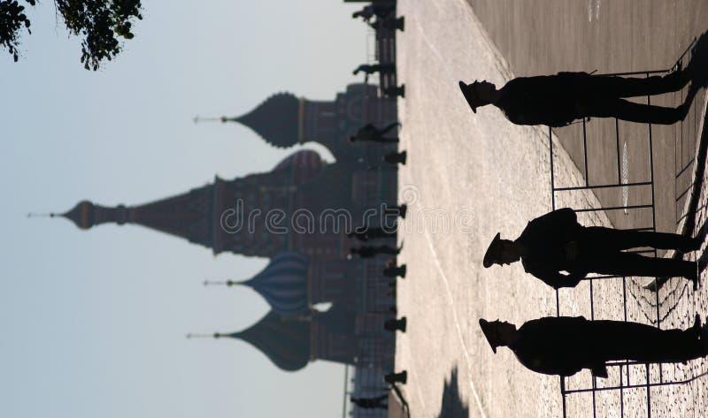 A polícia guarda a silhueta da cabala dos segredos imagens de stock royalty free