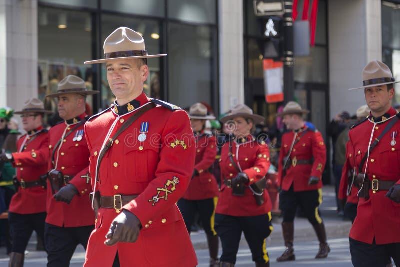 Polícia montada real a pé na parada do dia do ` s de Montreal St Patrick foto de stock