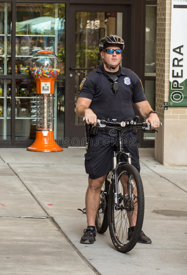 Polícia na patrulha da bicicleta imagem de stock