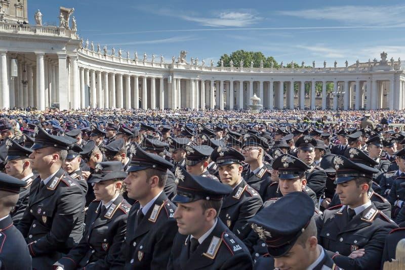 Polícia no uniforme, no quadrado de St Peter imagens de stock