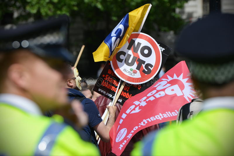 Polícia Olhar-em uma anti reunião dos cortes em Londres imagens de stock royalty free