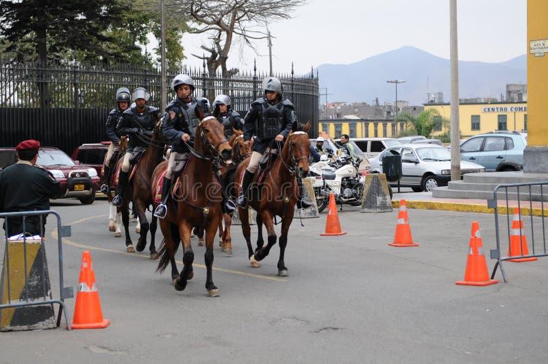 Polícia peruana do cavalo perto do palácio do governo na plaza de Armas em Lima imagens de stock