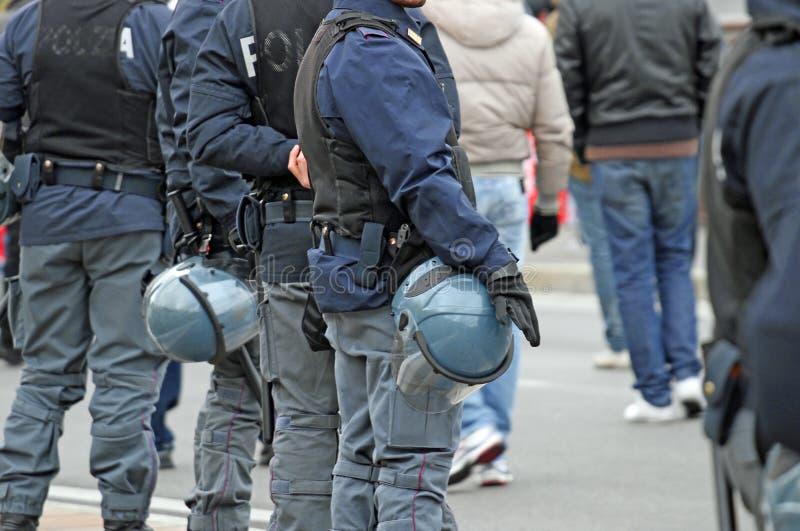 Polícia quando acompanharam os fãs no estádio fotos de stock