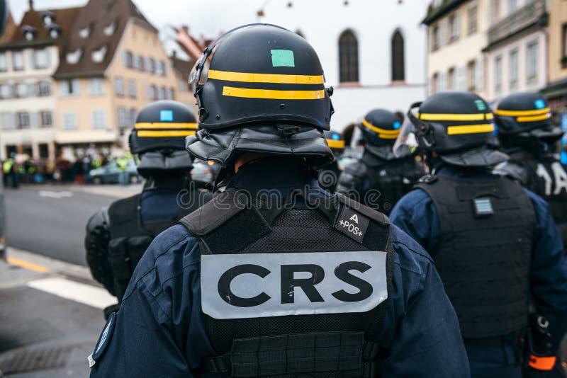 Polícia que fixa o entrnace ao mercado de Chrisrmas em Strasbourg foto de stock