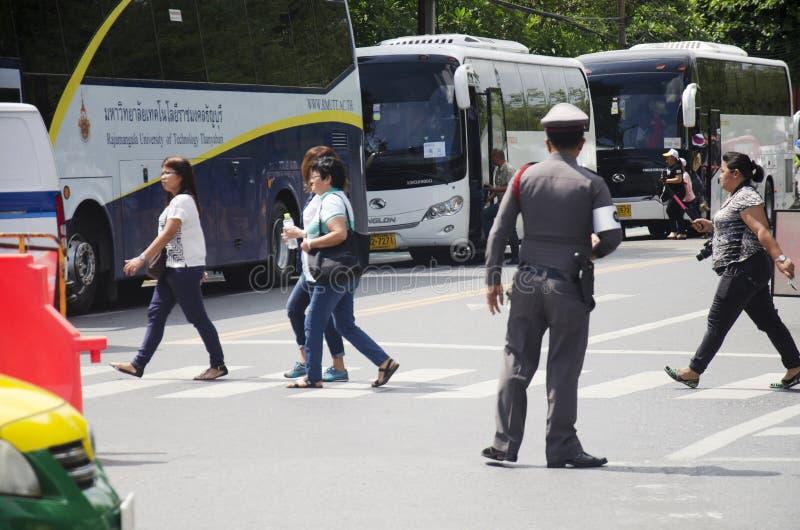A polícia trabalha ciao o tráfego na parte dianteira de Wat Phra Kaew Temple fotos de stock