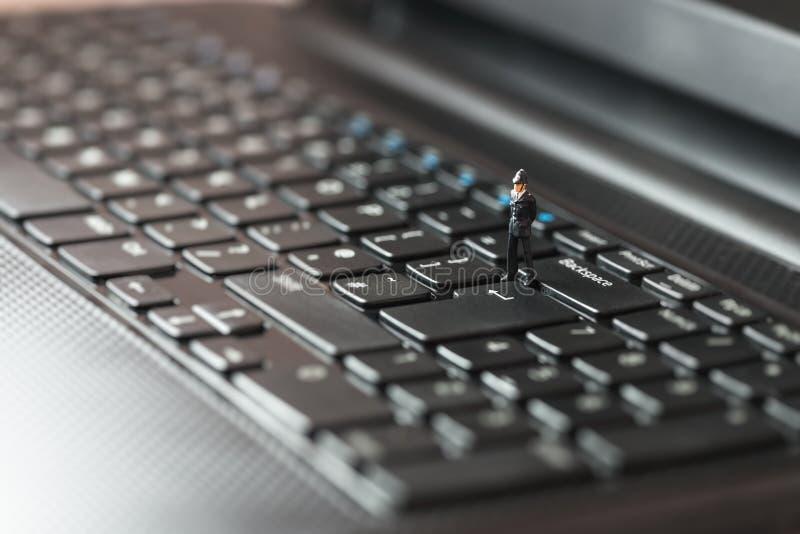 Polícias que inspecionam o portátil Conceito da segurança de computador fotografia de stock royalty free