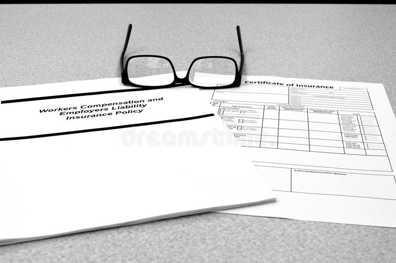 Política da compensação dos trabalhadores e certificado de seguro imagem de stock royalty free