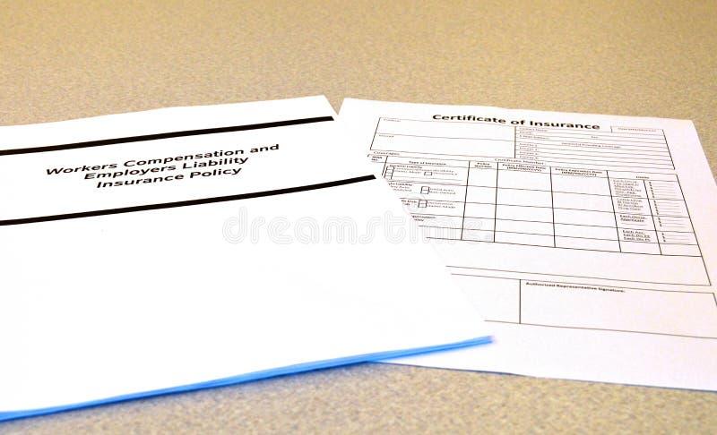 Política da compensação dos trabalhadores e certificado de seguro fotografia de stock royalty free