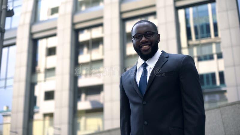 Político afro-americano de sorriso que olha o candidato do deputado da câmera para a eleição fotos de stock