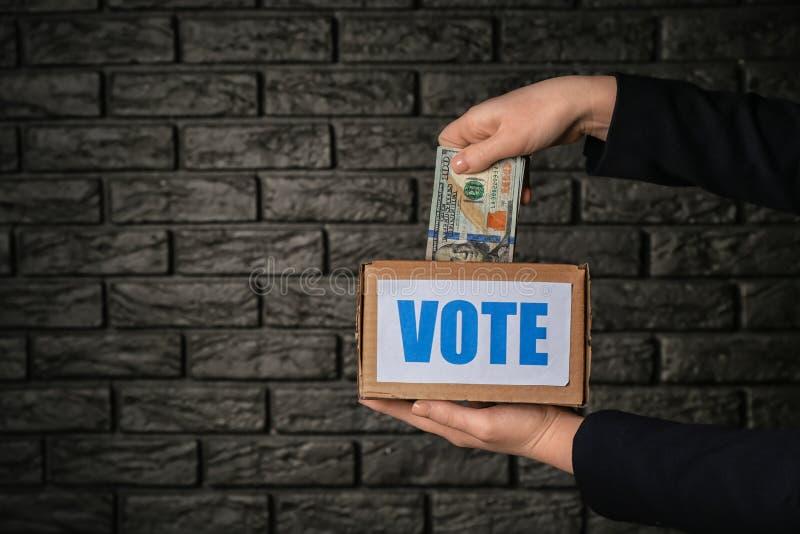 Político com o subôrno após a voto-compra no fundo escuro Conceito da corrup??o imagem de stock royalty free