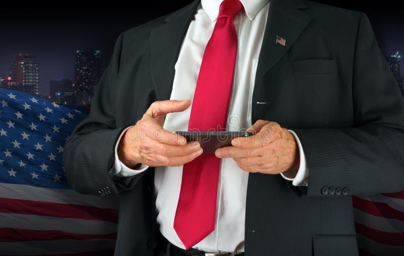 Político do Estados Unidos da América que texting em seu telefone celular fotografia de stock royalty free
