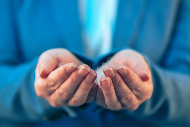 Político fêmea com as palmas abertas de suas mãos foto de stock