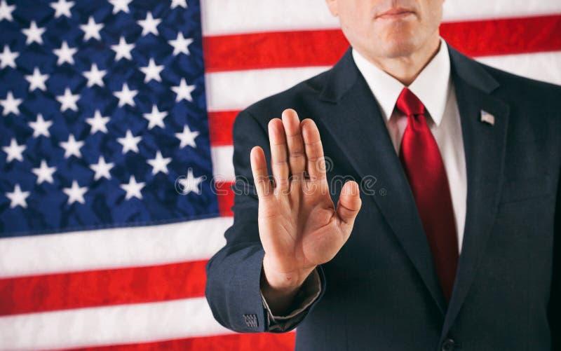 Político: Homem que sustenta a mão na pose da parada imagens de stock royalty free