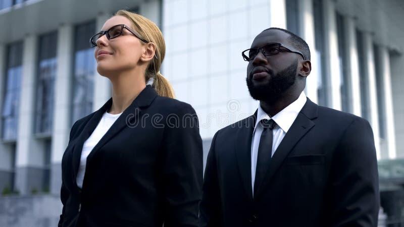 Políticos que olham no futuro brilhante, empresa da eleição, candidato fêmea fotografia de stock