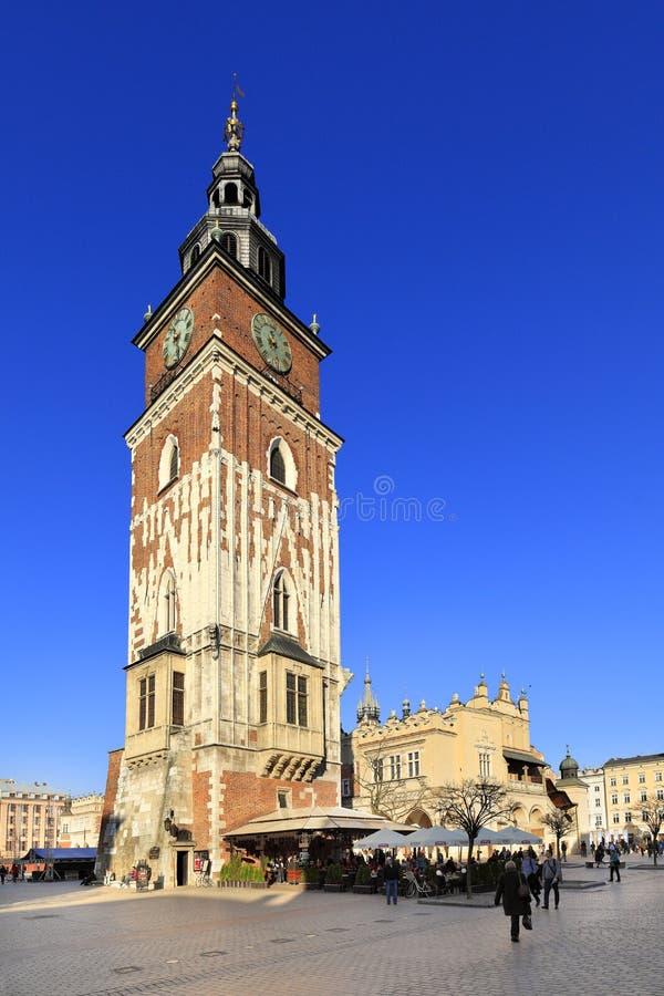 Polônia, cidade velha de Cracow, cidade Hall Tower e cortiços medievais pelo mercado principal fotografia de stock royalty free