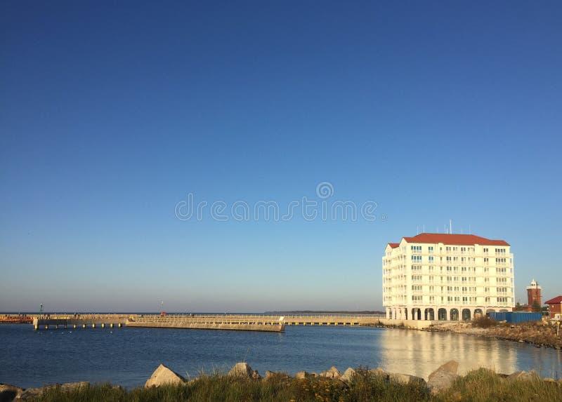 Polônia de Darlowo Darlowko, entrada do porto do hotel do porto fotos de stock royalty free