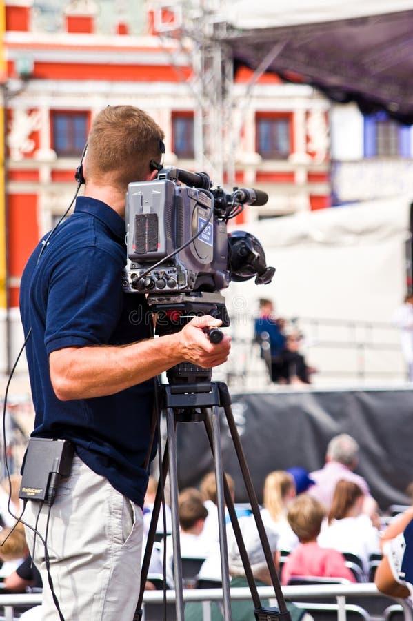 Polônia de Zamosc, em julho de 2019, operador cinematográfico que filma um evento imagem de stock royalty free