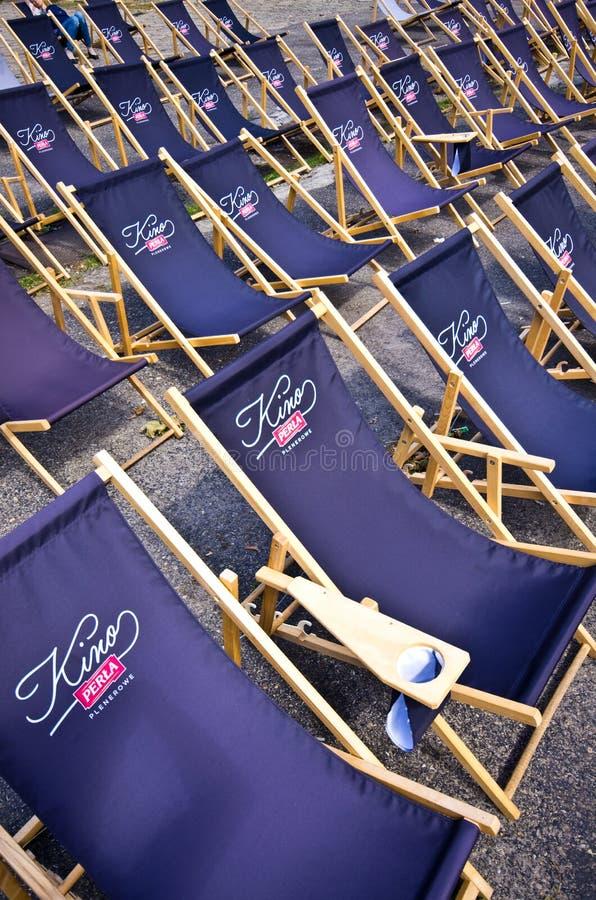 Polônia de Zwierzyniec, as cadeiras de dobradura velhas do cinema do verão do ar livre da cervejaria imagens de stock royalty free
