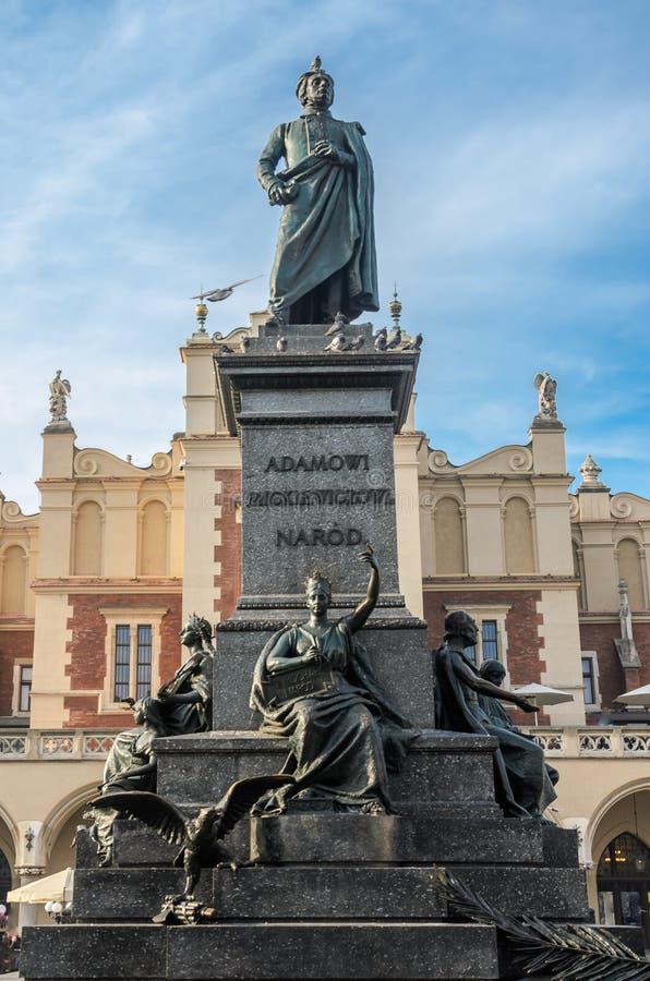 POLÔNIA, KRAKOW - EM NOVEMBRO DE 2018: Monumento a Adam Mickiewicz com os pombos que sentam-se nele no quadrado central do mercad fotos de stock